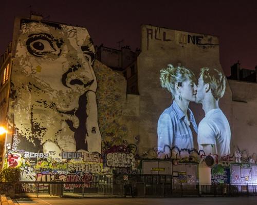 French kissing in Paris – by Julien Nonnon