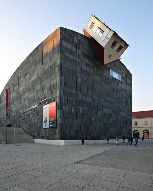 Erwin Wurm: House Attack, Viena, Austria