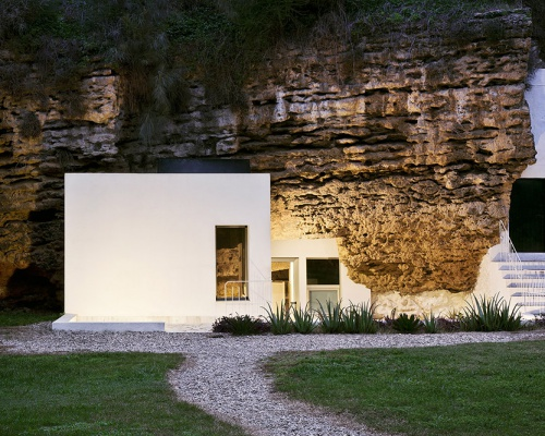 A house in a cave – by UMMOestudio