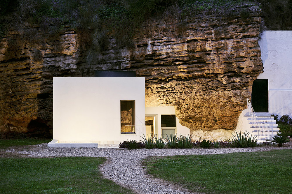 A house in a cave - by UMMOestudio