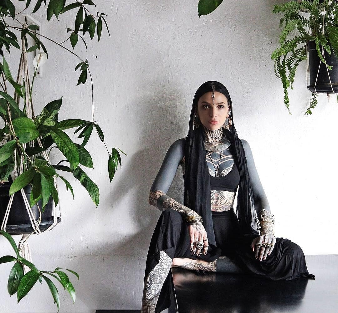 Helen Hitori, Tattooer